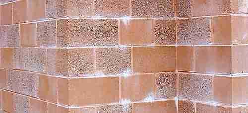 eflorescência em uma parede de blocos preformados, cor de cimento