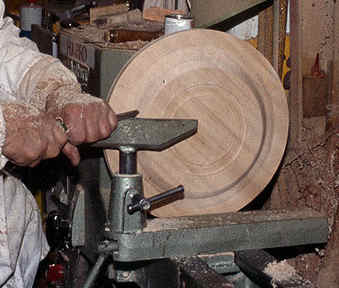 Faceplate turning of a plate or platter